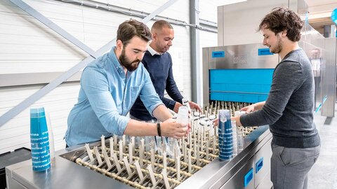 Mirza van Meerwijk (left) and Gawein Hamers (right) of CupStack provide innovative solutions for reusable dishware in the catering industry.